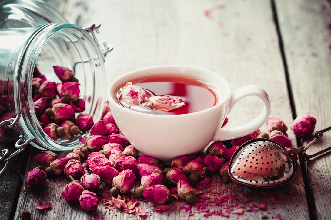 Trà hoa hồng có tác dụng điều hòa cảm xúc ở phụ nữ khi tới kỳ đèn đỏ.